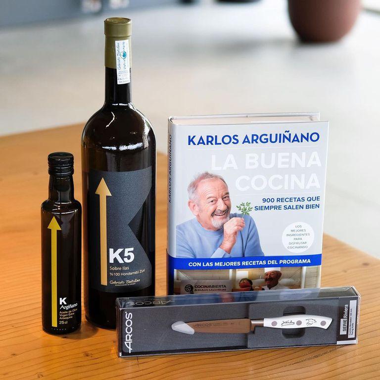 """Uno de los packs que comercializan en la web del chef incluye vino, aceite de oliva, accesorio y el libro """"La buena cocina"""""""