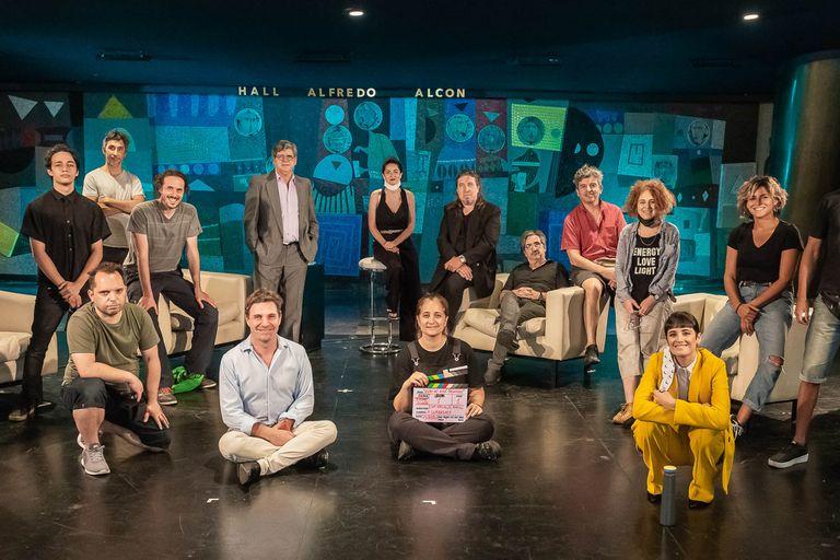 Parte del elenco, equipo creativo y de filmación de Esto no está pasando, en el hall del Teatro San Martín