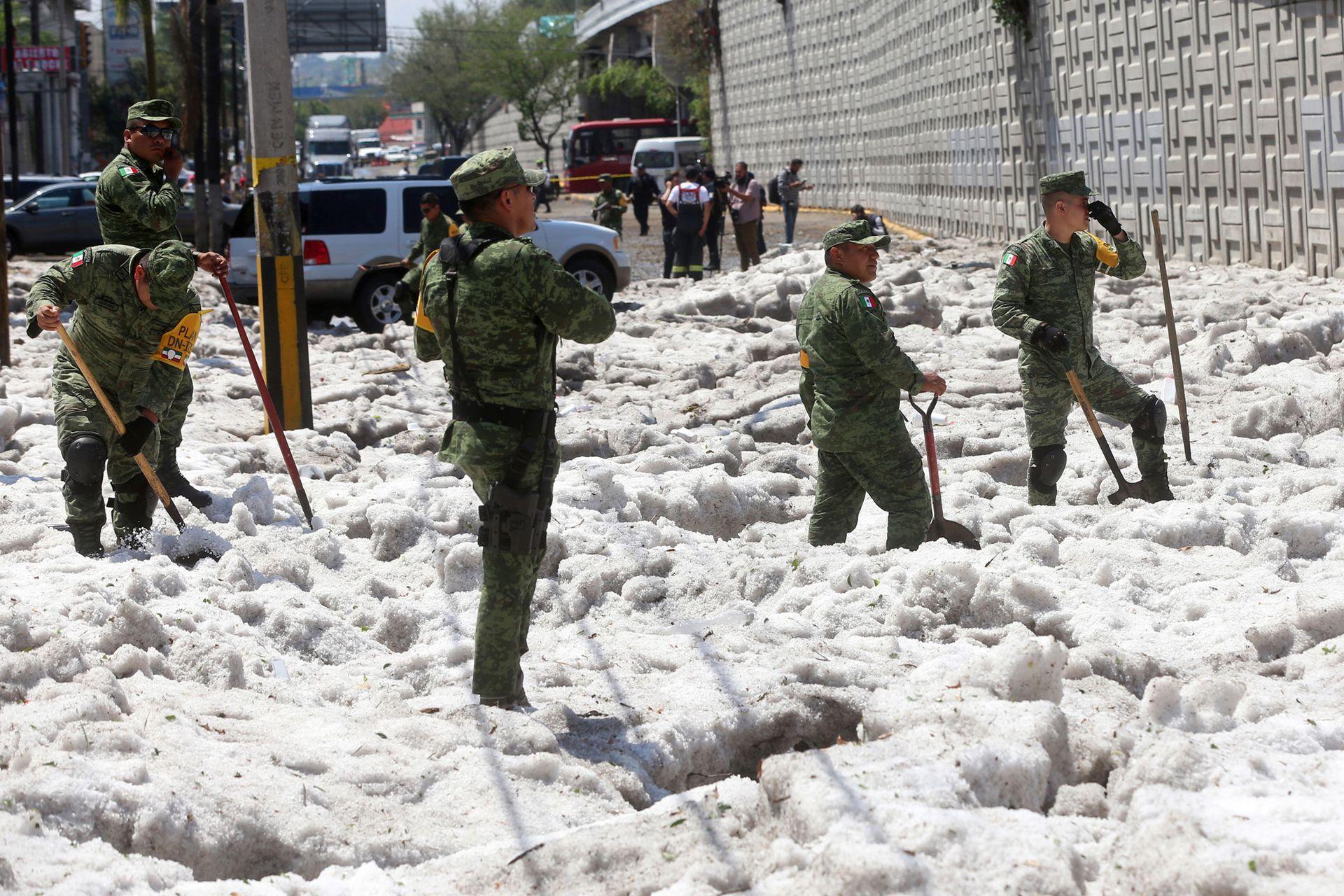 Protección Civil y militares trabajaron en las calles con picos y palas para sacar el hielo