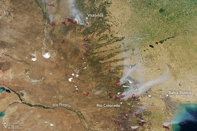 Las marcas en rojo indican las zonas más afectadas por el fuego; el homo se extendió más de 100 kilómetros al oeste y el sur de Bahía Blanca