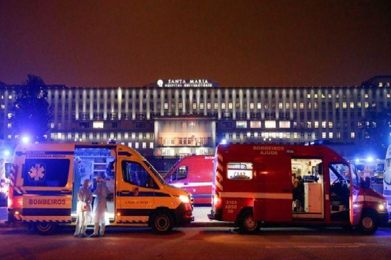 El personal médico en ambulancias con pacientes con COVID-19 en el hospital de Santa María, en Lisboa, Portugal, el 27 de enero de 2021.