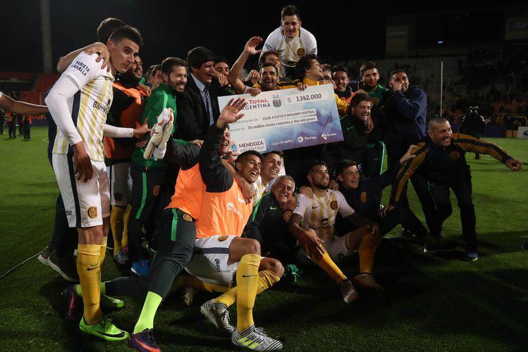 Rosario Central, con uno de los premios que recibió en la pasada Copa Argentina; el vicepresidente del club rosarino dijo que solicitarán un monto por participar