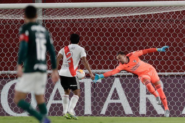 Robert Rojas observa cómo cae la valla de River en el partido de ida contra Palmeiras