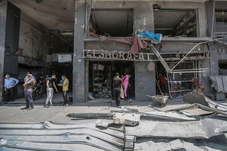 Un edificio alcanzado por misiles israelíes en la Ciudad de Gaza
