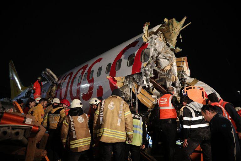 Un avión se despistó en pleno aterrizaje en Estambul, y se partió en tres. No hubo víctimas fatales por el momento, anunció el ministro de Transporte de Turquía