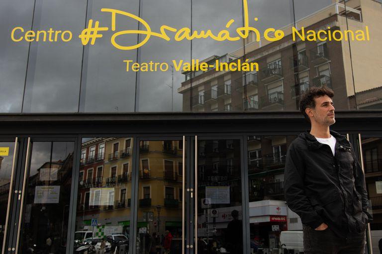 Esteban Meloni, frente al Centro Dramático Nacional, donde será dirigido por Andrés Lima