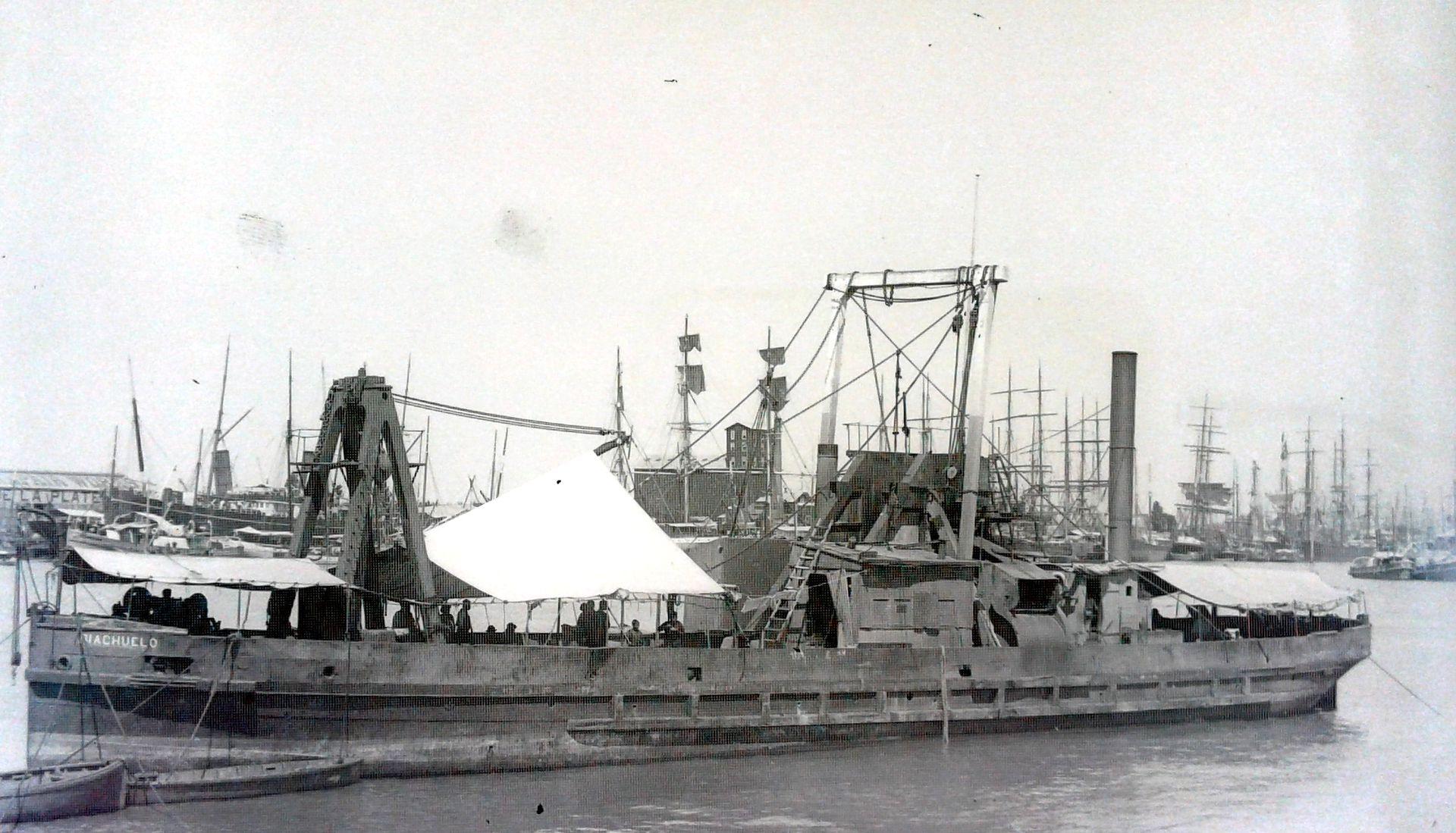 La draga Riachuelo, una de las primeras en actuar en el país. Su papel fue crucial para abrir un canal de acceso al Riachuelo y permitir la navegación de grandes buques.