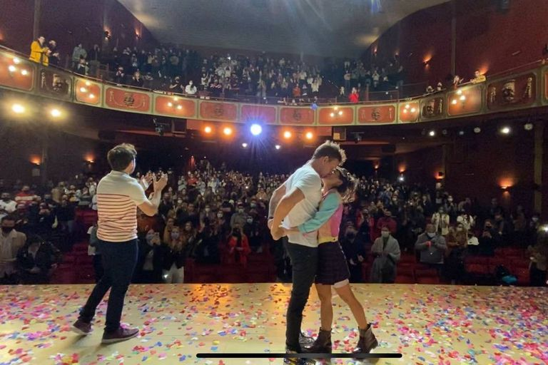 Nicolás Vázquez y Gimena Accardi luego de una de las funciones de Una semana nada más, en El Nacional, en uno de los éxitos de la escena comercial