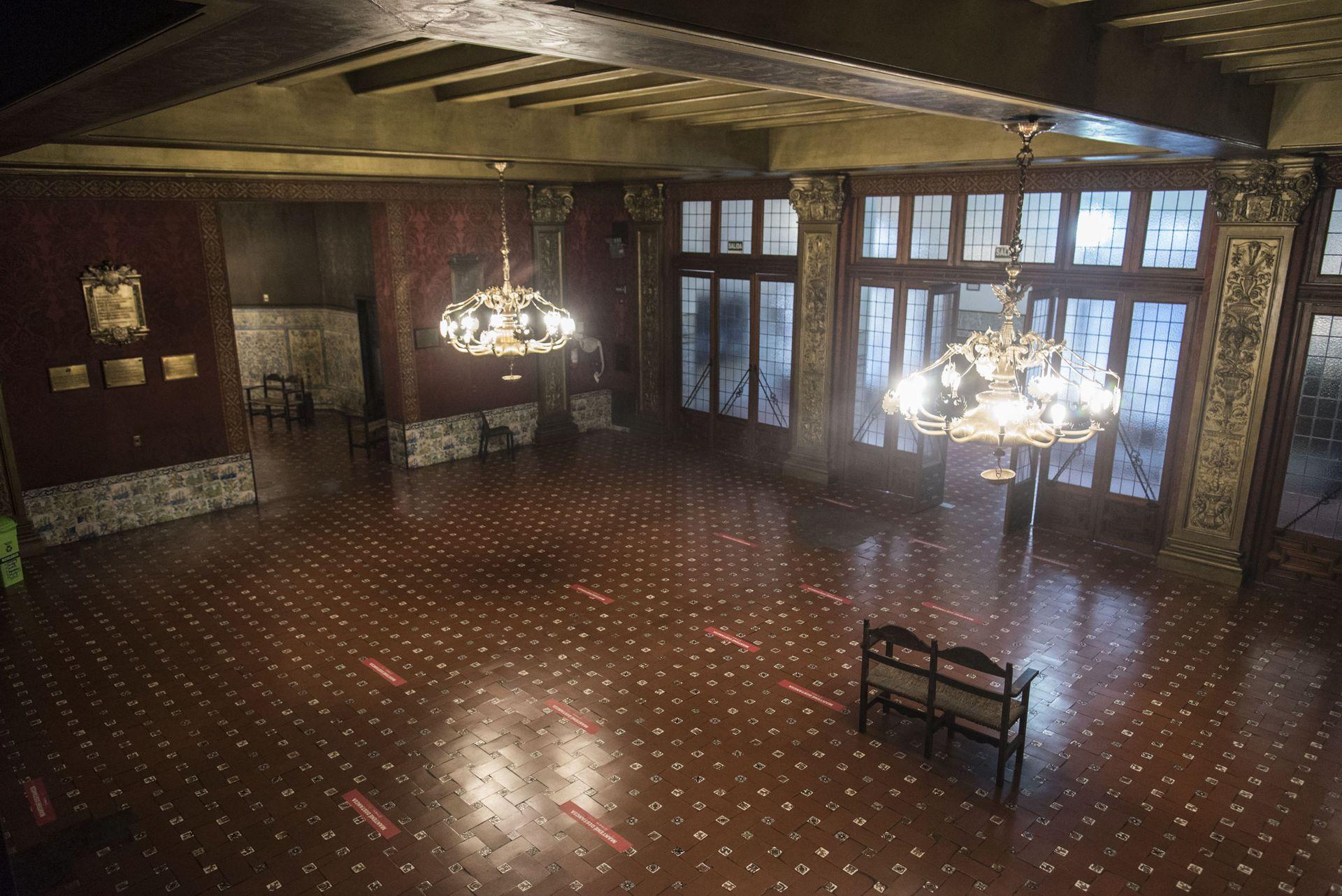 Hall central del Cervantes. El piso de cerámica traída de Ronda, España, ha sido mudo testigo de infinidad de acontecimientos artísticos, políticos, sociales y gremiales que tuvieron lugar allí