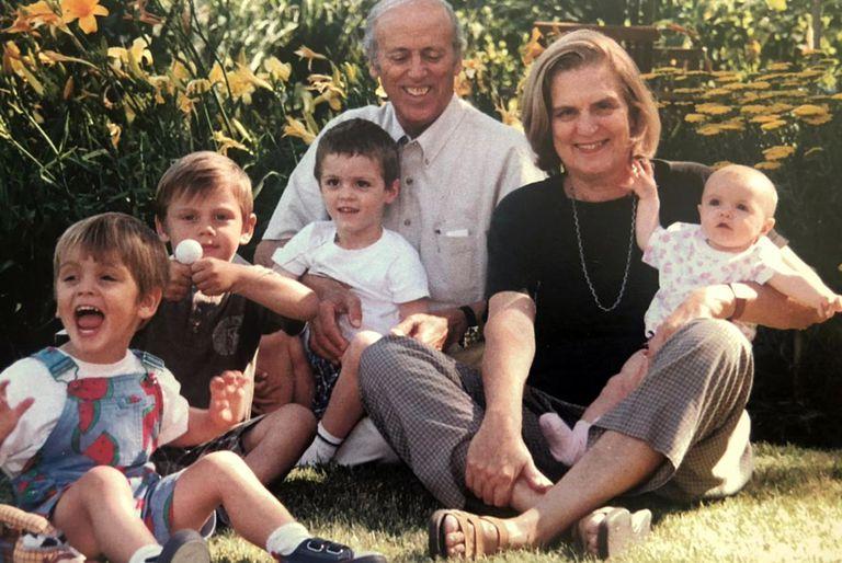 Gino y Graciela Cattarossi con algunos de sus nietos.