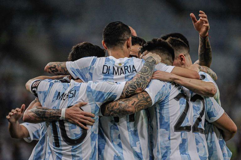 De espaldas a la realidad: Di María, en el centro (y con Leo Messi a su lado), celebra el 1-0, que fue definitivo (Foto: Jayson Braga / Brazil Photo Press /Agencia O Globo) Esportes