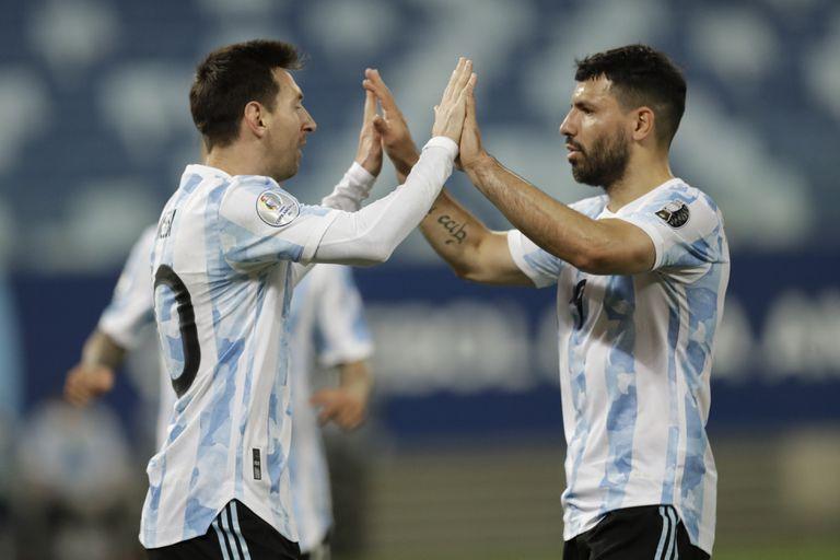 El argentino Lionel Messi, a la izquierda, celebra el segundo gol de su equipo desde el punto de penalti con su compañero Sergio Agüero durante un partido de fútbol de la Copa América contra Bolivia en el estadio Arena Pantanal de Cuiabá, Brasil, el lunes 28 de junio de 2021.