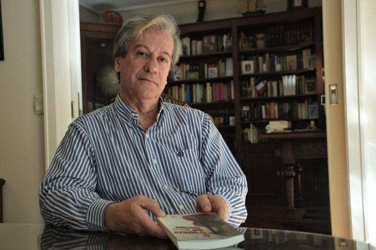 """Eduardo Álvarez Tuñón con un ejemplar de su libro de cuentos """"El tropiezo del tiempo"""""""