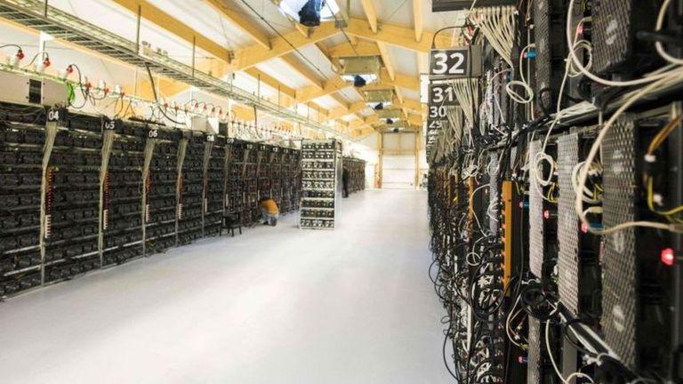 Los lugares donde se ha ce la minería del bitcoin consumen gigantescas cantidades de electricidad.