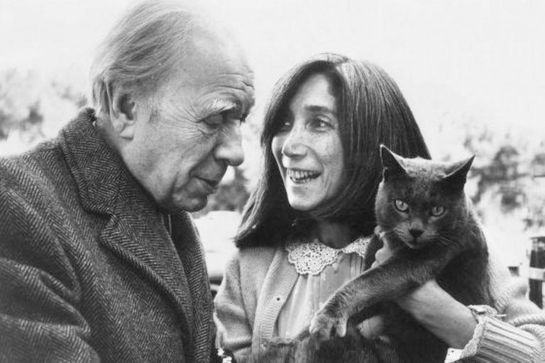 """""""No son más silenciosos los espejos"""", escribió Borges en su poema """"A un gato""""; el escritor tuvo dos, Odín y Beppo, y se encariñó con otros tantos"""