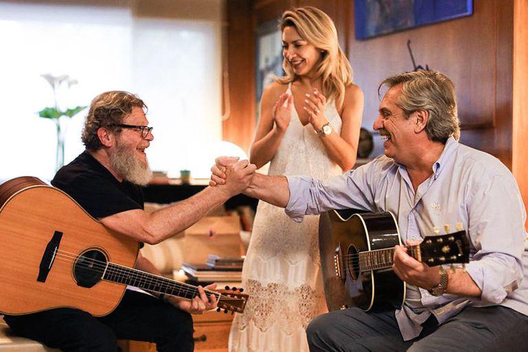 Fabiola junto a Gustavo Santaolalla y Alberto en una guitarreada en su casa
