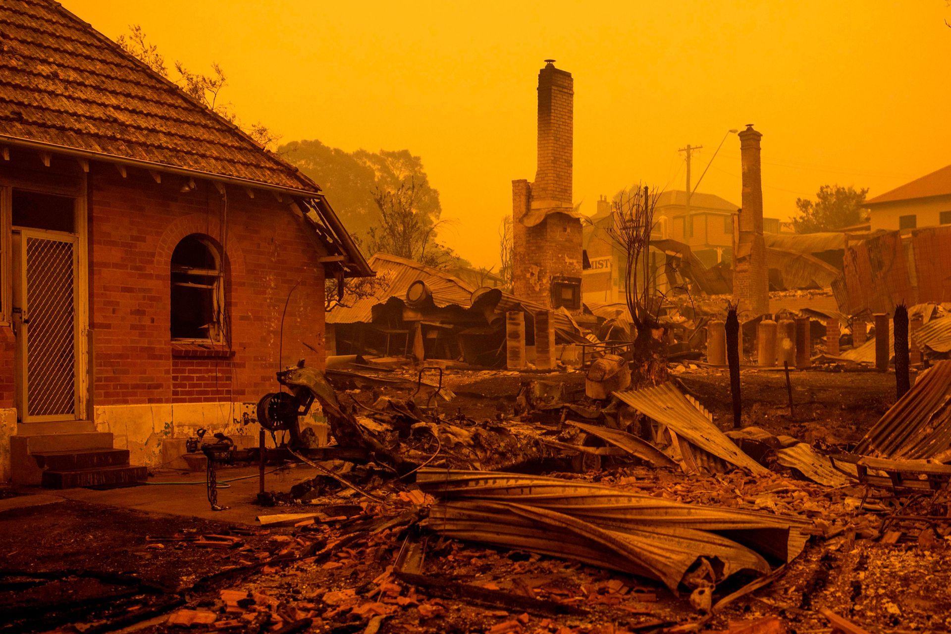 Los restos de edificios incendiados se ven a lo largo de la calle principal en la ciudad de Cobargo, Nueva Gales del Sur, el 31 de diciembre, después de que incendios forestales asolaran la ciudad. Más de 200 viviendas fueron destruidas y algunos pueblos se han convertido en ruinas humeantes.