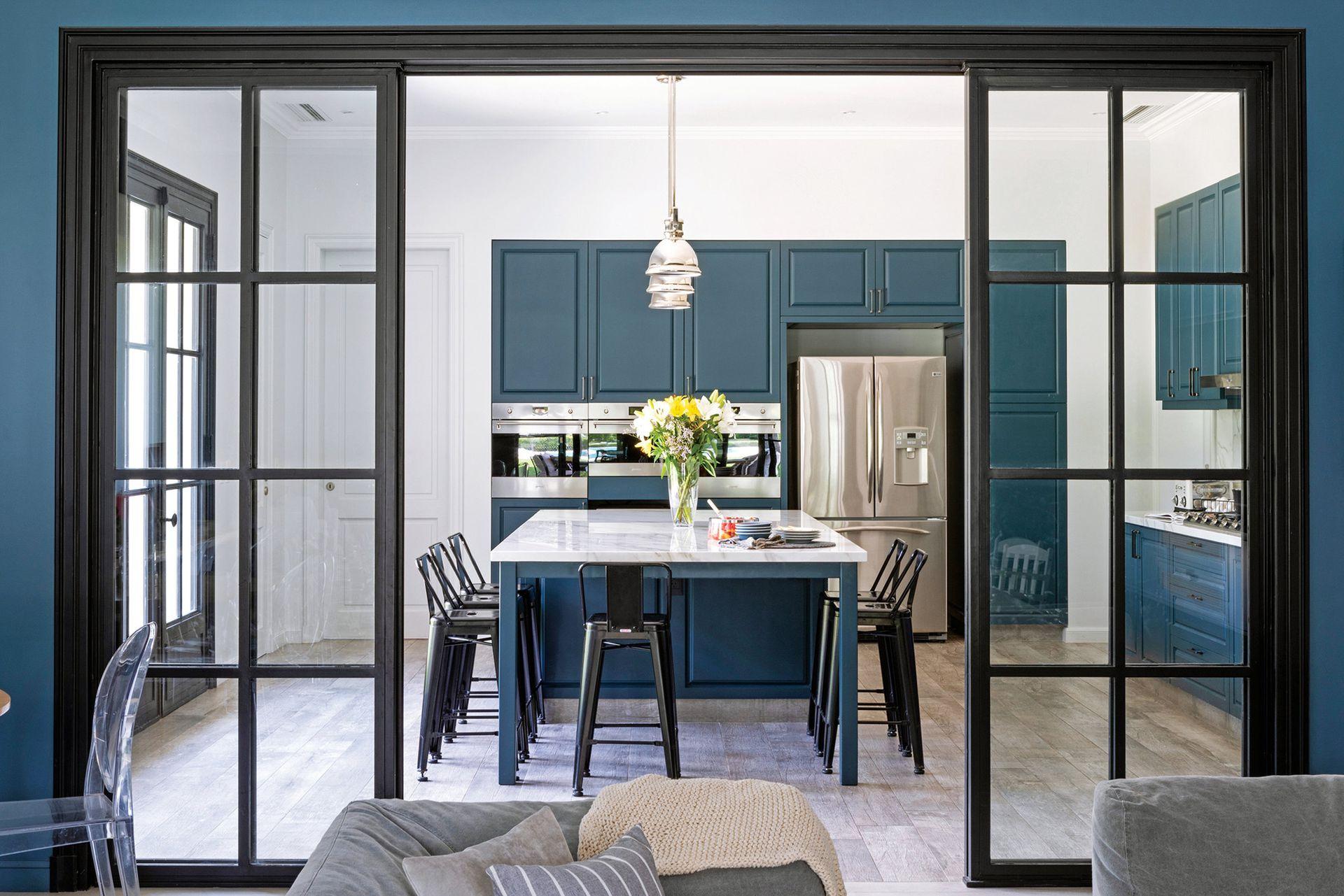 Poyectado por los arquitectos Federico Álvarez Bayón e Ignacio Turner, del estudio A&T Arqs., el amoblamiento tiene frente de MDF laqueado. Las puertas corredizas (Del Hierro Design) sectorizan el área del family room contiguo.