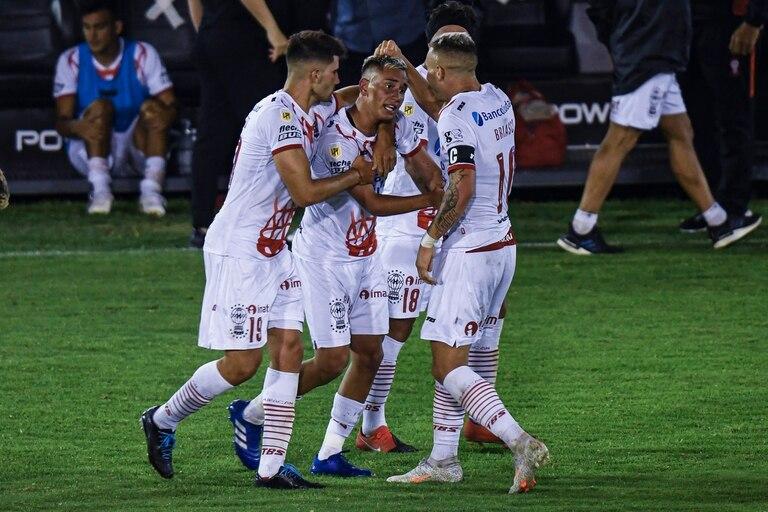 El festejo de uno de los goles de Huracán durante el partido que disputan contra Independiente.