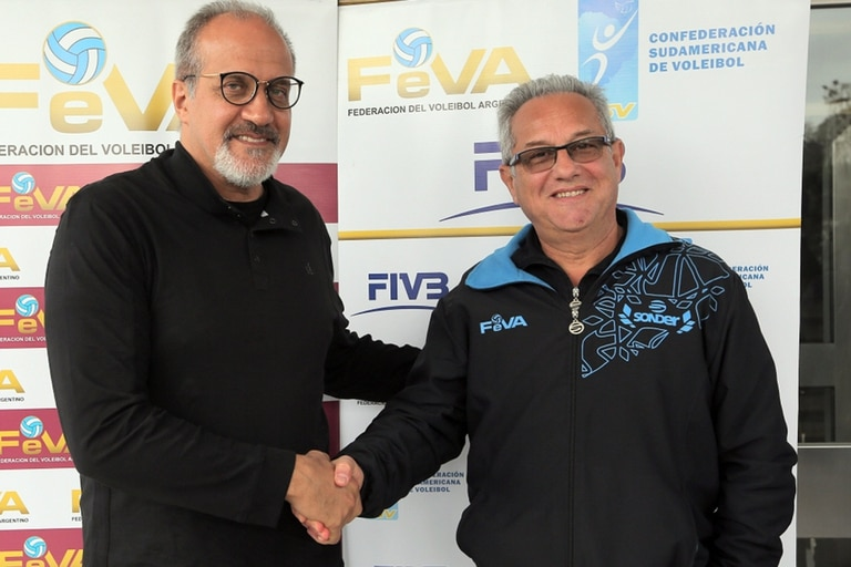 Conferencia de prensa de Julio Velasco y Marcelo Méndez, entrenador saliente y reemplazante en el seleccionado argentino de voleibol