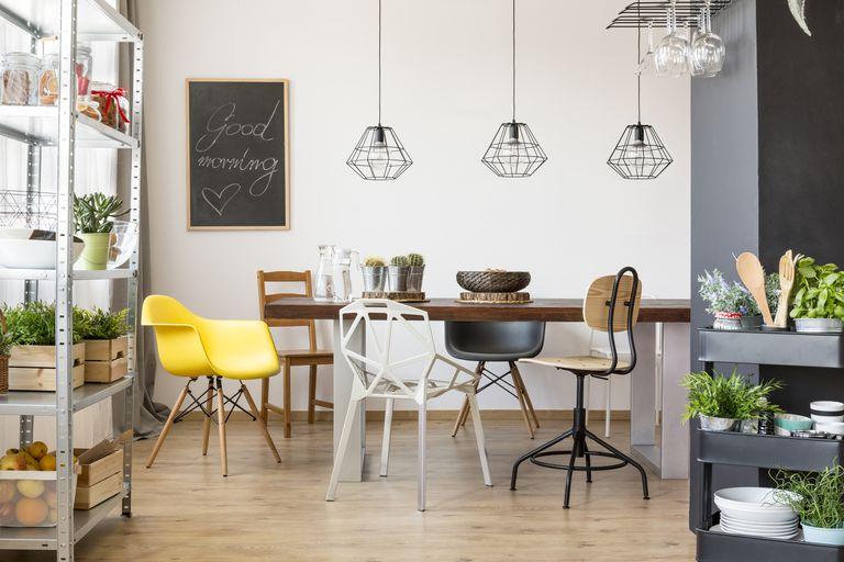 La mesa debe tener un adorno en el centro, buena luz y más sillas que el número de habitantes del hogar