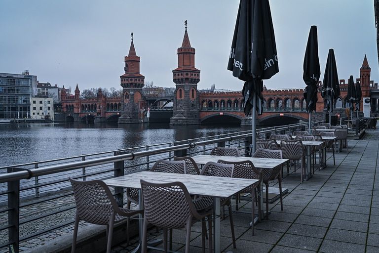 Mesas vacías en el paseo junto al río en Berlín el 5 de enero de 2021