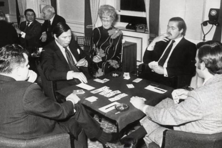 Lord Lucan se dedicó de lleno desde 1960 a jugar por dinero en diferentes clubes y casinos