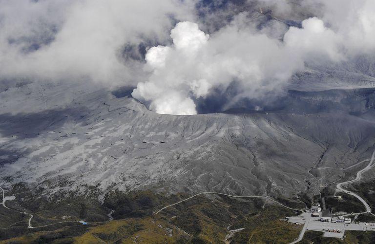 El Monte Aso entra en erupción y pone en fuga a los turistas