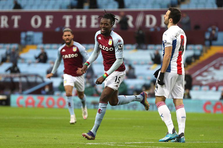 Bertrand Traore, del Aston Villa, festeja su gol contra el Crystal Palace. Fue el primero de los de Birmingham, que se impusieron por 3-0 y ya están sextos en la Premier League.
