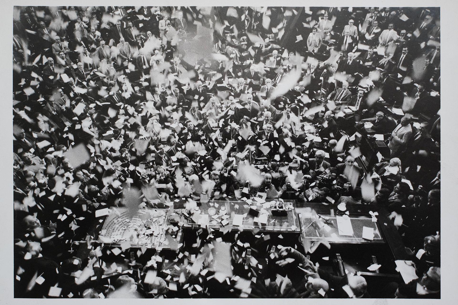 Lluvia de papelitos recibe a Raúl Alfonsin en la Cámara de Diputados del Congreso Nacional, el 1 de mayo de 1989 Reproducciones que pertenecieron al archivo de Tiempo Argentino, Cronista Comercial y La Opinión. Muchas son de las agencias DyN y Telam. Corresponden a la década del 70 y 80.