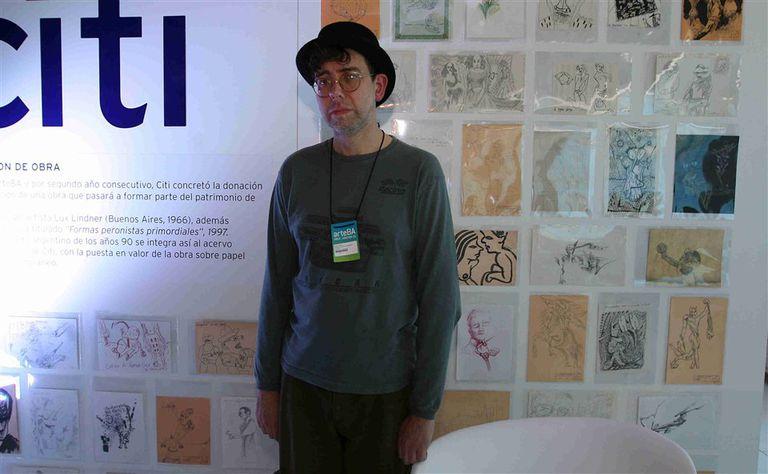 Lindner con sus dibujos, adquiridos por Citi para el Malba