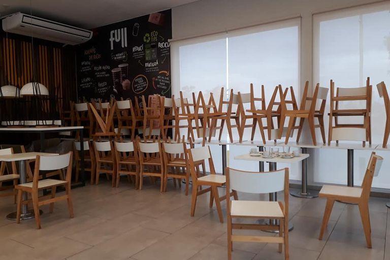 Sin clientes, muchos locales gastronómicos tienen salones vacíos y sillas apiladas junto a las persianas bajas