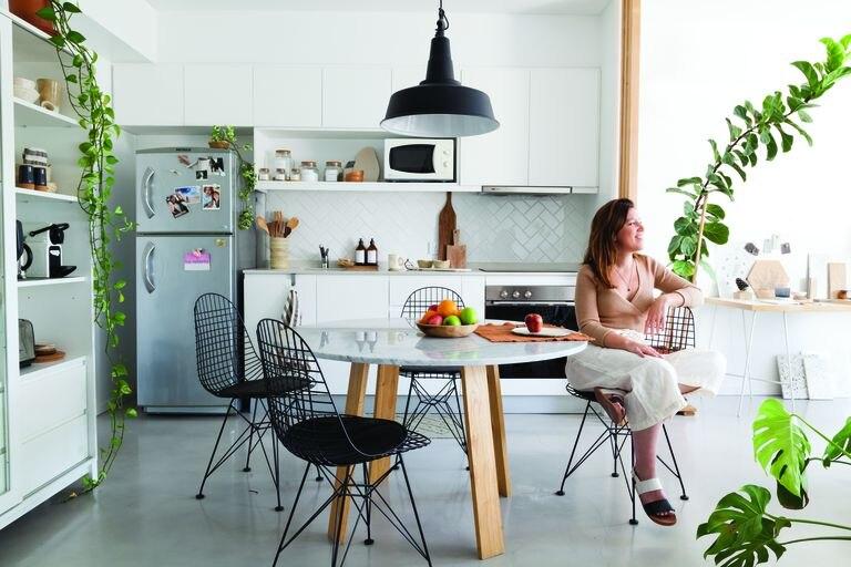 Ventanales y plantas: claves en el depto de una diseñadora de interiores