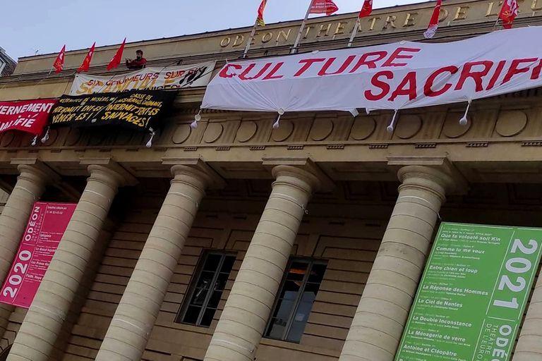 En plena cuarentena,  los trabajadores de la cultura tomaron el Teatro Odeón, de París, como a otras tantas salas públicas francesas, reclamando al gobierno ayuda para sostener al sector. Con las salas y en funcionamiento, se teme que la nueva normalidad tarde en regresar