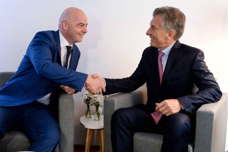 Gianni Infantino saluda a Mauricio Macri; el dirigente defendió la designación del ex presidente en la Fundación FIFA