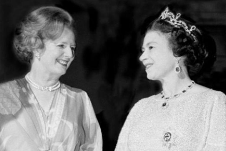 Los biógrafos aseguran que la reina Isabel se sentía inclinada a la izquierda frente a los principios de derecha que militaba Thatcher. Los conflictos con los mineros y las sanciones al apartheid instalado en Sudáfrica mostraron las diferencias ideológicas