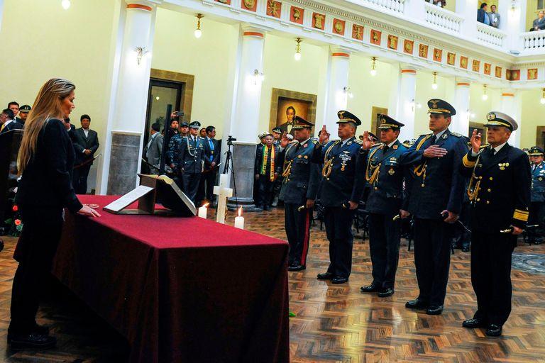 Jeanine Áñez removió hoy a la cúpula de las Fuerzas Armadas y tomó juramento con un crucifijo y dos cirios junto a la Constitución
