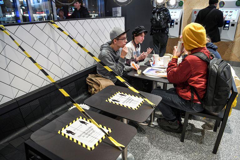 Forzado por el impacto de la segunda ola, Suecia cierra sus escuelas secundarias
