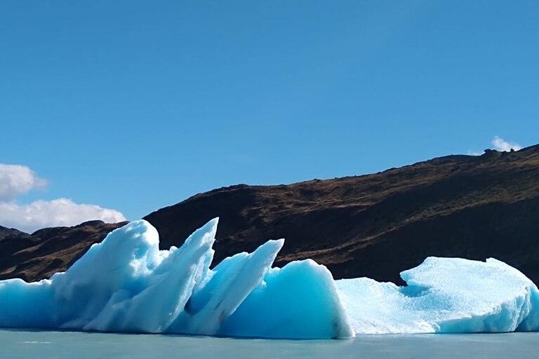 Algunos de los grandes témpanos que se desprenden del Glaciar Upsala y que pueden contemplarse desde el barco