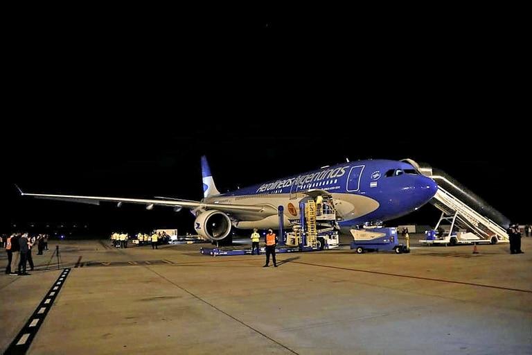 Llegada de las vacunas Sinopharm desde China en un vuelo de Aerolíneas Argentinas