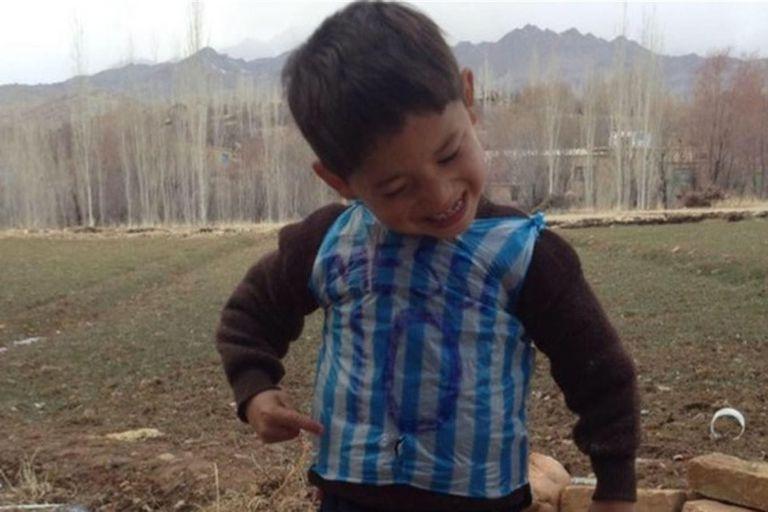 Murtaza Ahmadi, el niño afgano que tenía cinco años cuando se hizo famoso por su fanatismo por Lionel Messi, ahora vive con temor a los talibanes