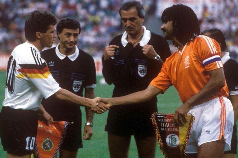 Los capitanes Lothar Matthäus y Ruud Gullit se saludan delante de Juan Carlos Loustau; al representante del arbitraje argentino en Italia 90 le tocó uno de los partidos más atractivos y controvertidos: Alemania 2 vs. Países Bajos 1, en el que expulsó a dos jugadores.