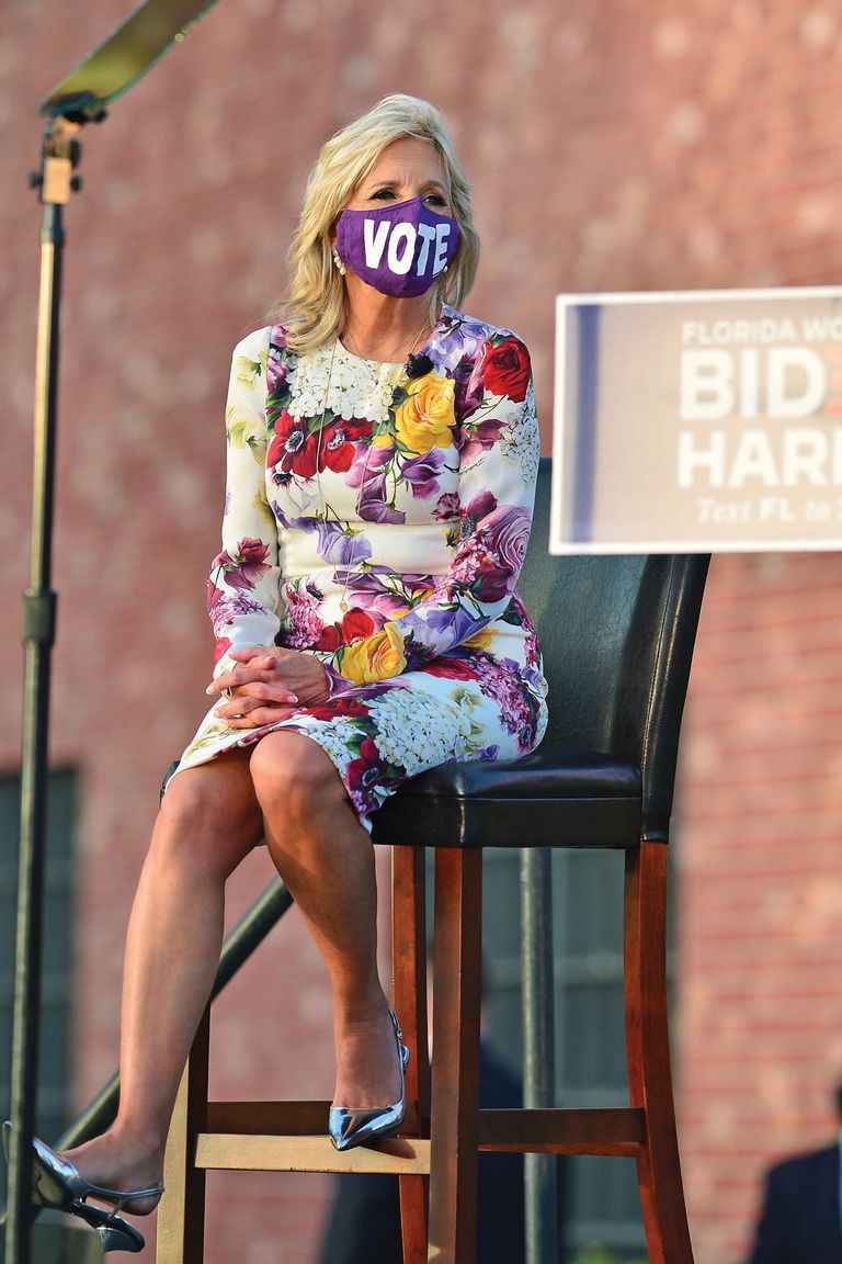 """Durante la carrera presidencial, Jill viajó por el país dando charlas. En Florida, deslumbró con un vestido cóctel con flores estampadas (su print preferido), kittenheels metalizados de Prada (en estos meses los repitió varias veces), y un llamativo barbijo con la leyenda """"votá"""" de Resistance by Design."""