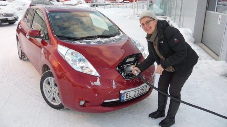 Elisabeth Bryn carga su auto eléctrico