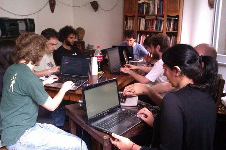 Varios miembros de HackHackers Buenos Aires durante un reciente hackatón (una suerte de maratón de desarrollo de software)