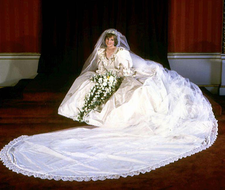 El vestido de novia tenía una enorme cantidad de plisados, volantes, adornos de nácar, perlas y crinolina y la cola medía casi ocho metros
