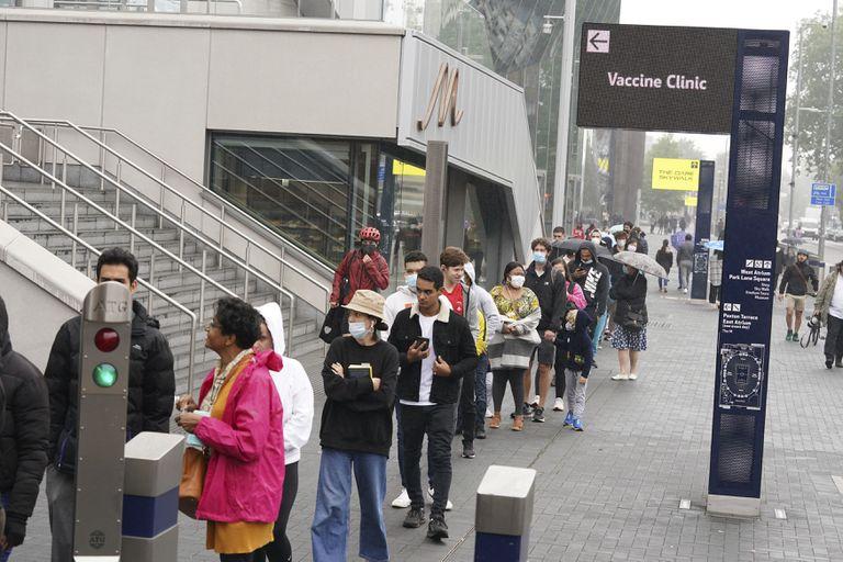 La fila de personas para ponerse la vacuna contra el coronavirus, en el Estadio Tottenham Hotspur en el norte de Londres