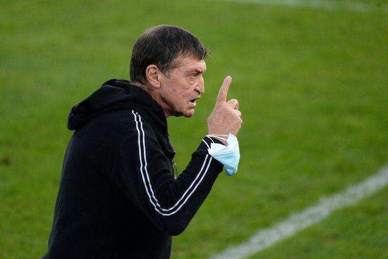 Julio César Falcioni se emocionó antes del partido; recientemente quedó viudo y recibió muchos saludos del ambiente del fútbol.