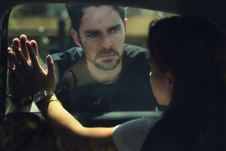 Manolo Cardona interpreta a Álex Guzmán, el protagonista de ¿Quién mató a Sara?, la exitosa serie de Netflix
