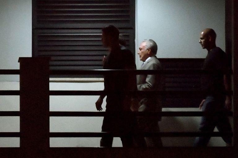TOPSHOT - Brazils former president (2016-2018) Michel Temer (C), arrives under police escort at the Federal Police headquarters in Rio de Janeiro, Brazil, on March 21, 2019 after being arrested earlier in Sao Paulo as part of the sprawling Car Wash anti-corruption probe. - Temer was the leader of a
